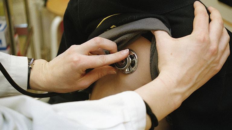 En läkare lyssnar på en patients hjärta. Foto: Erik G Svensson/TT.
