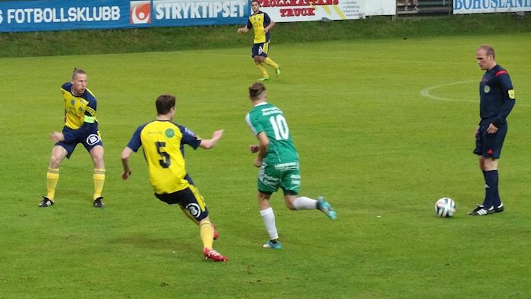 Fotboll Ljungskile med domare -14 Bengt Israelsson/Sveriges Radio