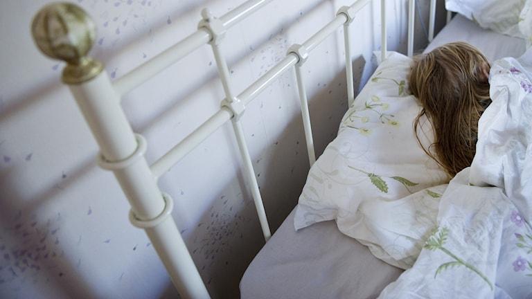 En kvinna sover i en säng. Foto: Jessica Gow/TT.