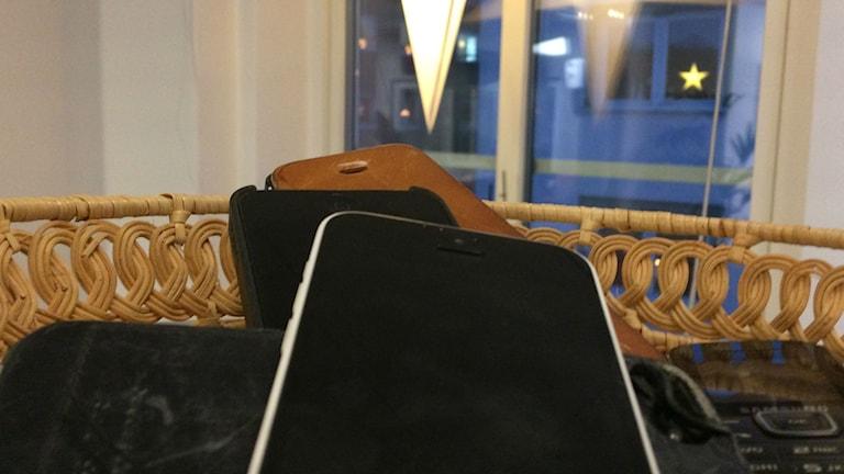 Bild på mobiltelefoner i en korg.