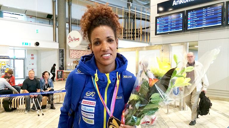 Meraf Bahta på Landvetter efter EM-guldet. Foto: Oskar Lodin/Sveriges Radio.