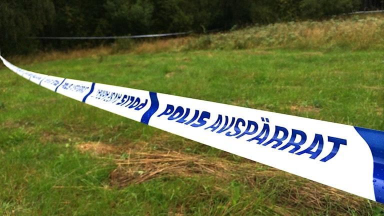 Polisens avspärrning vid fyndplatsen i Näsinge utanför Strömstad, där man hittat delar av en människokropp. Foto: Skoob Salihi/Sveriges Radio.
