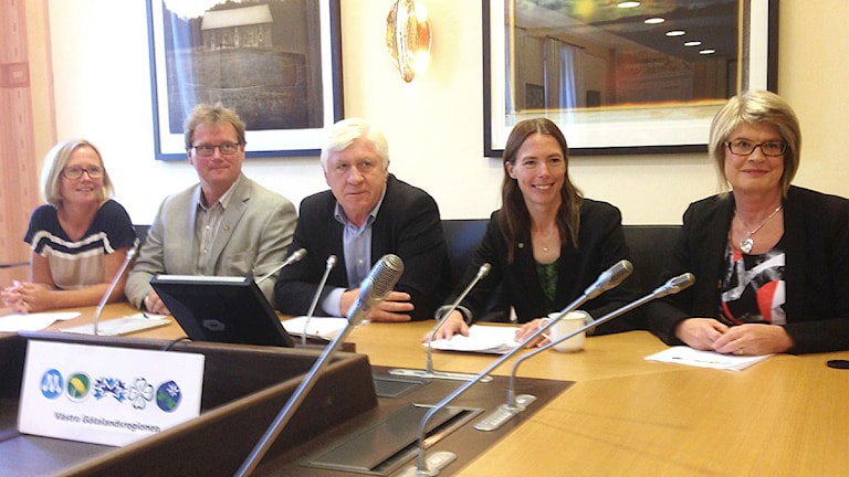 Kristina Jonäng (C) Jonas Andersson (FP) Johnny Magnusson (M) Birgitta Losman (MP) och Monica Selin (KD). Foto: Elisabeth Cederblad/Sveriges Radio.