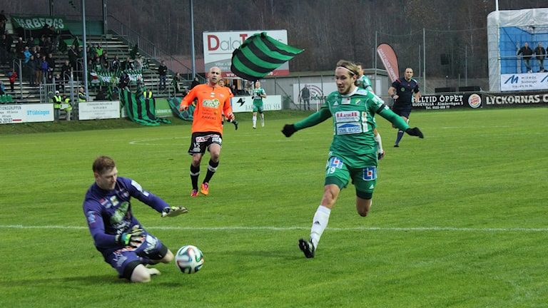 David Johannesson i Ljungskile SK i närkamp med Varbergs målvakt. Foto: Elliot Ohlén/Sveriges Radio.