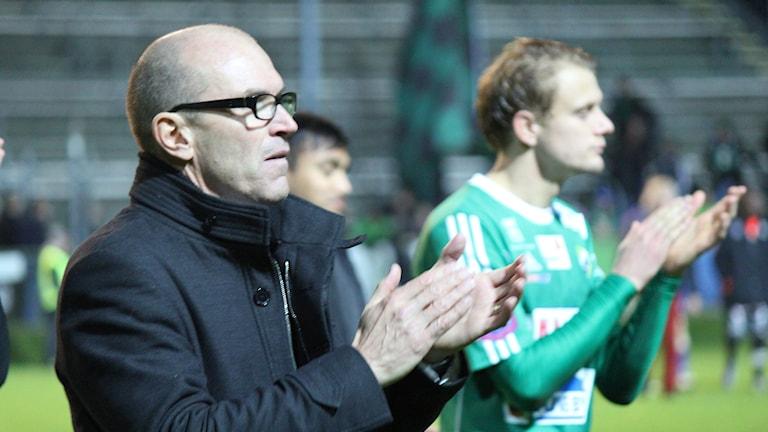 Tränaren Tor-Arne Fredheim och spelaren Jakob Olsson efter Ljungskile SK-Varberg i Superettan 2014. Foto: Elliot Ohlén/Sveriges Radio.
