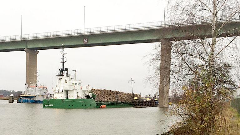 Fartyget Nossan på grund under Stallbackabron i Trollhättan. Foto: Linda Bergh/Sveriges Radio.