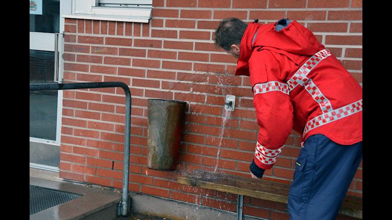 Bild på räddningstjänstpersonal vid en öppnad vattenkran på Jörlanda skola, november 2014.