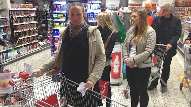Marielle Holm handlar inför sitt julbord. Foto: Privat