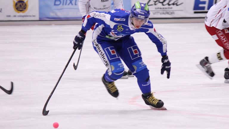 Bandy IFK Vänersborg Joakim Hedqvist i full fart Foto: Elliot Ohlén/Sveriges Radio