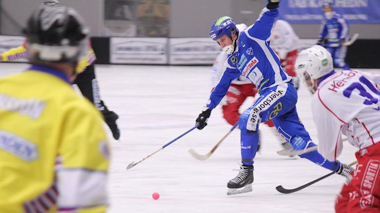 Bandy IFK Vänersborg Johan Koch med bollen Foto: Elliot Ohlén/Sveriges Radio