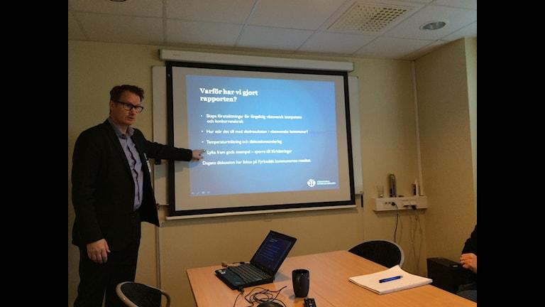Lars Segelod, regionchef för Västsvenska Handelskammaren, presenterar en ranking av skolresultat i Fyrbodal. Foto: Alexander Ekström/Sveriges Radio.