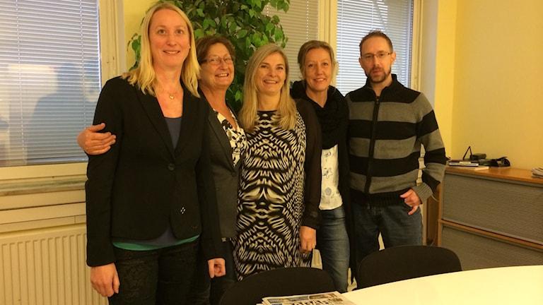 Personalen på 7 Dagar i Uddevalla: Emma Lindh, Annika Mårtensson, Yvonne Karlsson, Marina Olsson, Stefan Hagel. Foto:Cecilia Bergil/SR