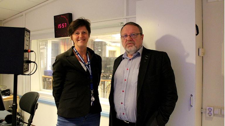 Ingalill Sundhage, chefredaktör på Bohusläningen, och Elving Andersson (C) tidningsprenumerant. Foto: Linda Bergh/Sveriges Radio