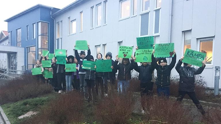 Elever från Bovallstrands skola utanför kommunhuset i Sotenäs.