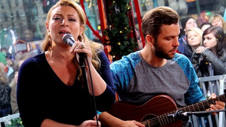 Förra året sjöng Sarah Dawn Finer i Musikhjälpen-buren. Nu kan du bjuda på auktionen där hon sjunger på ditt bröllop. Foto: Sveriges radio