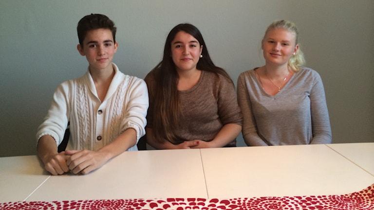 William Nordberg, Berfin Unal och Alicia Åhlander på Fridaskolan. Foto: Oskar Lodin / Svergies Radio