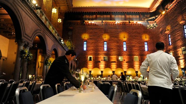 Servitörer dukar inför Nobelmiddagen. Foto: Erik Mårtensson/TT