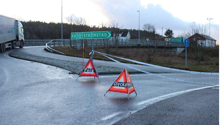 Polisen har spärrat av vid påfarten till E6 i Hogstorp. Foto: Tommy Öster/P4 Väst