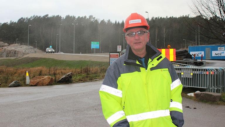 Trafikverkets Magnus Enhörning framför den nya trafikplatsen. Foto: Tommy Öster/SR