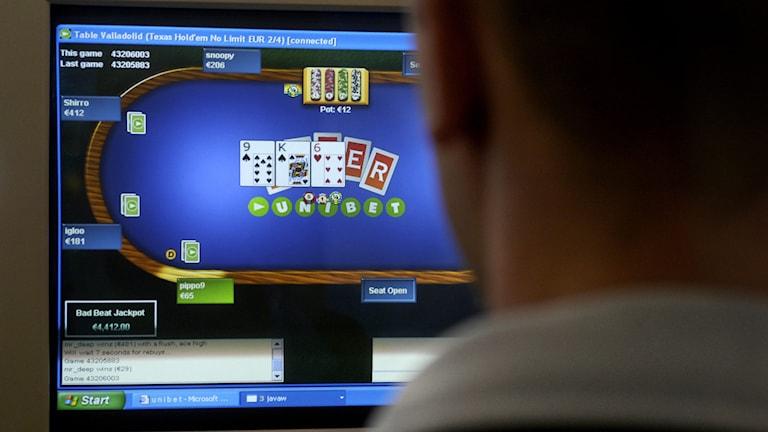 En man sitter vid en dator och spelar kortspel. Foto: Malin Hoelstad/TT.