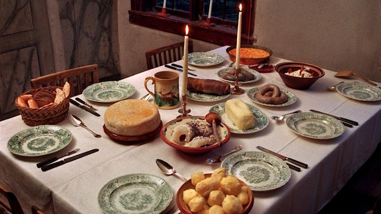 Julbord på Ekhäradsgården, Skansen. Julbord med uppläggningsfat.Julkorv, lutfisk, potatis, ost, bröd och smör m.m. Foto: Claudio Bresciani/TT.