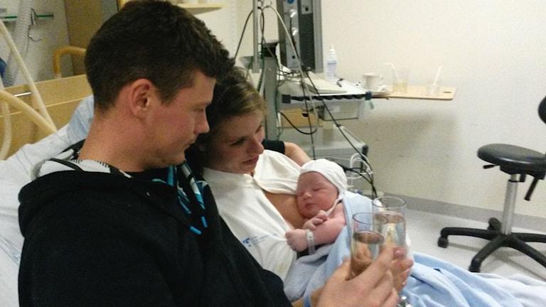 Henrik och Jessica med sin nyfödde son. Foto: Privat