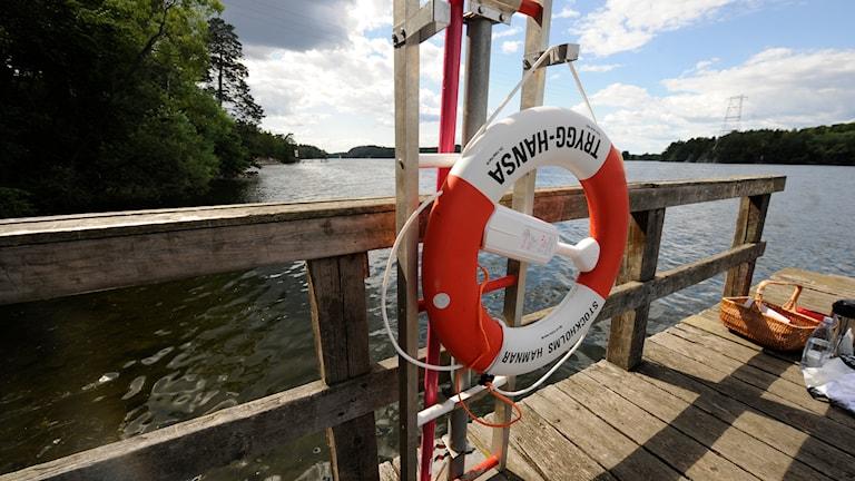 En livboj hänger vid en brygga. Foto: Leif R Jansson/TT.