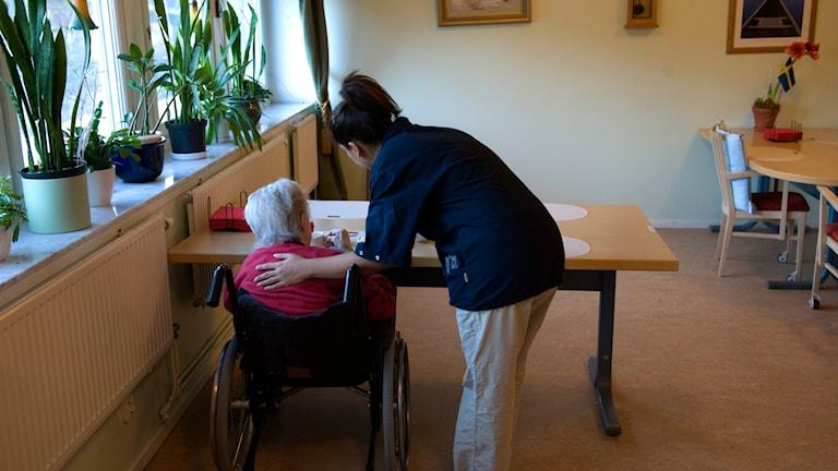 Undersköterska hjälper en äldre person ett boende. Foto: Henrik Montgomery/TT.