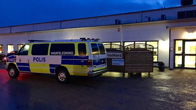 Polisbil utanför Postnord i Trollhättan. Foto: Victor Jensen/Sveriges Radio.