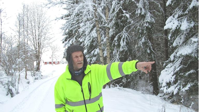 Kenneth Andersson pekar ut var han såg en vargflock
