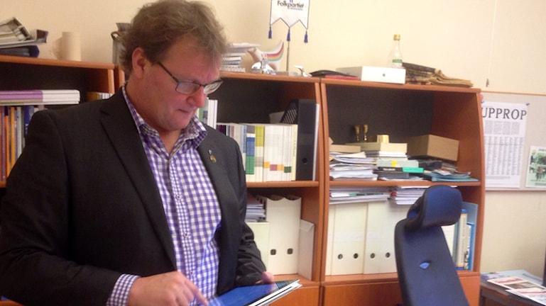 Jonas Andersson, (L) ordförande i Hälso och Sjukvårdsstyrelsen i Västra Götaland, tittar ner på en I-pad Foto: Elisabeth Cederblad P4 Väst