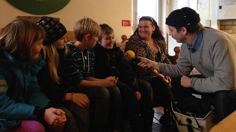 Eleverna i klass 4A på Hagaskolan i Edär oense, men deras lärare tycker inte att betyg är någon bra idé i deras ålder. Foto: Johanna Bodin / Sveriges Radio