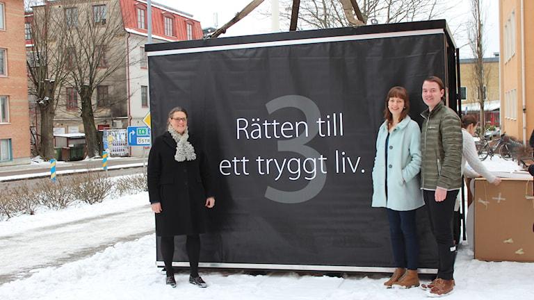 Lärare Marie-Louise Klevestedt och eleverna Jacob Levander och Magdalena Sannholm vid stålkuben. Foto: Johanna Bodin/Sveriges Radio.