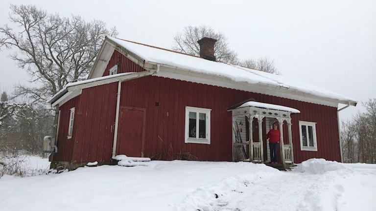 Helena Sellering är arbetslös och tvingas leva enkelt i sin stuga utanför Upphärad. Foto: Oskar Lodin / Sveriges Radio