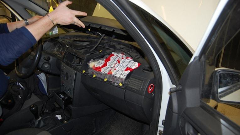 Ett exempel på hur smugglarna gömmer varor i dolda utrymmen i bilen. Foto: Norska tullen