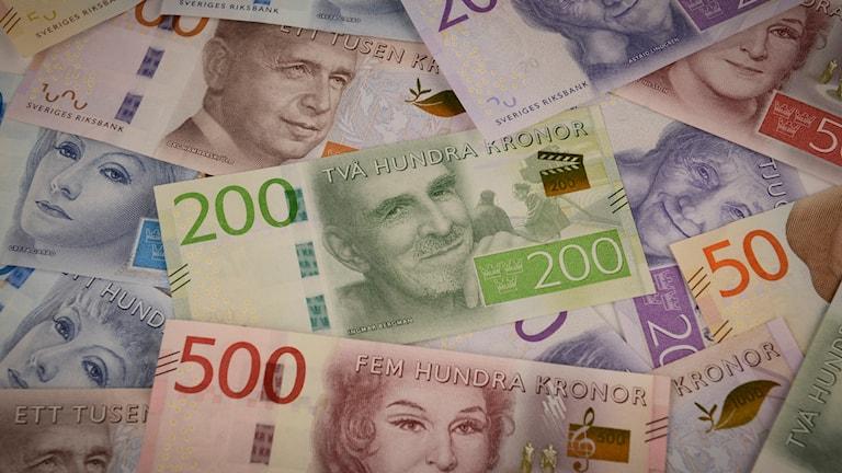 Samlingsbild med de nya sedlarna med 200 kronorssedeln i centrum. Foto: Riksbanken