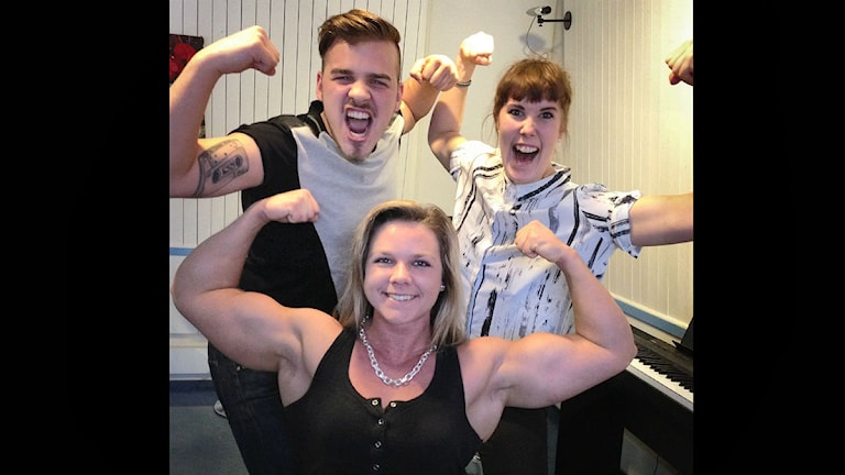 Maria Helgesson tillsammans med programledarna Tommy Öster och Cajsa Vingros Carlson. Foto: Skoob Salihi /P4 Väst Sveriges Radio