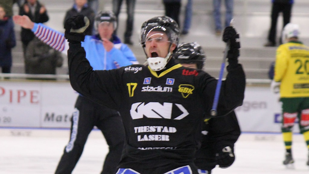 Bandy Gripen Johan Grahn måljublar Foto: Elliot Ohlén/Sveriges Radio