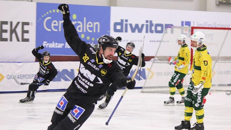 Gripen Trollhättans Mattias Jansson jublar på isen. Foto: Elliot Ohlén/Sveriges Radio.