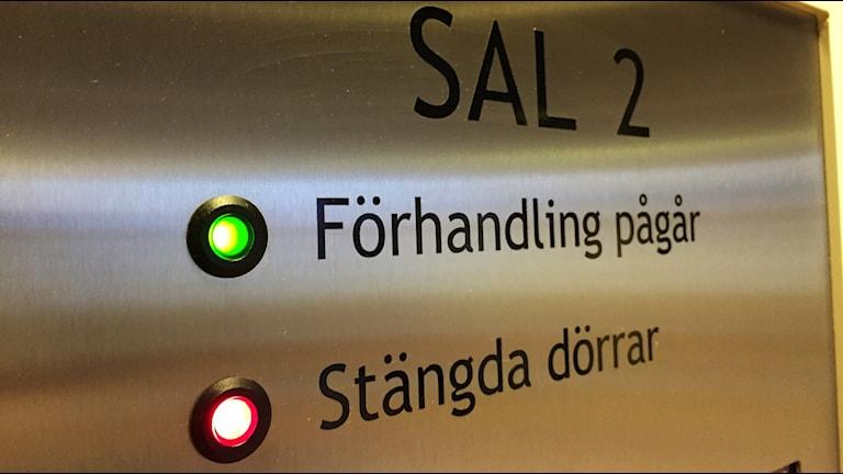En förhandling hålls bakom stängda dörrar i tingsrätten. Foto: Victor Jensen/Sveriges Radio.