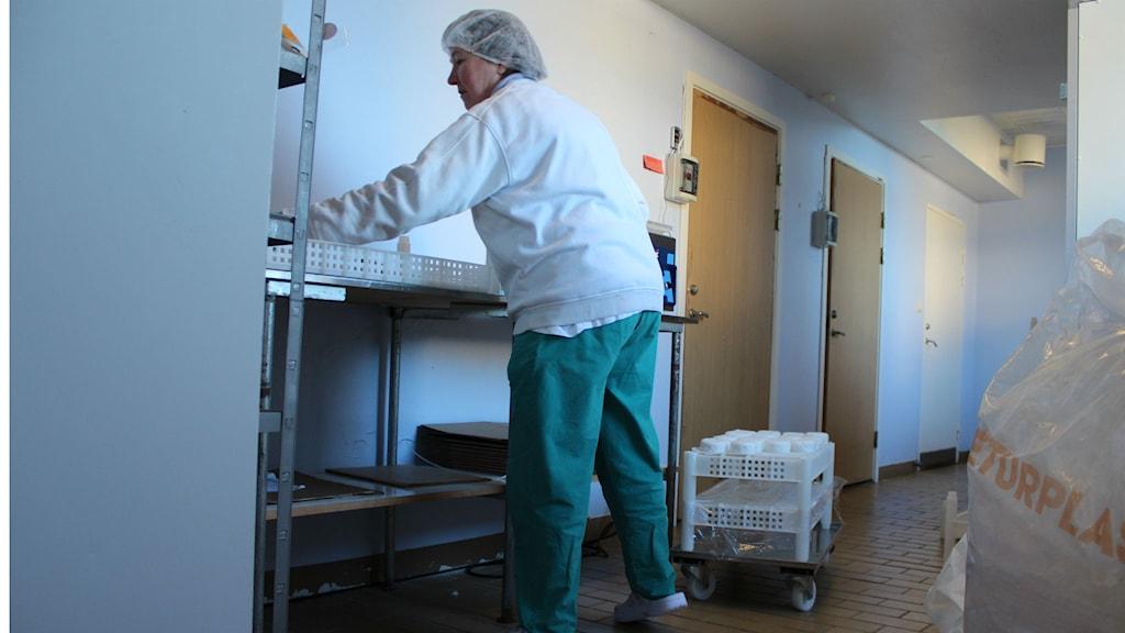 Inifrån produktionen på Dalspira Mejeri. Eva Bryntesson packar ost. Foto: Tommy Öster/SR