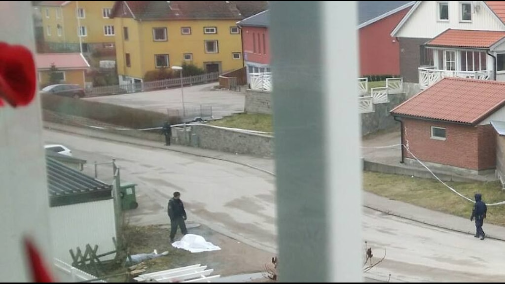 LYSSNARBILD som visar poliser vid Bävedalsvägen i Uddevalla.