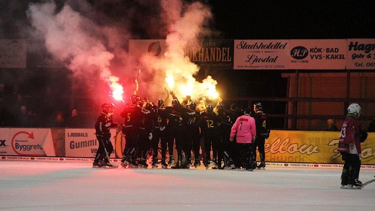 Gripen Trollhättan firar på isen då de blivit klara för elitserien. Foto: Magnus Hansson/Sveriges Radio