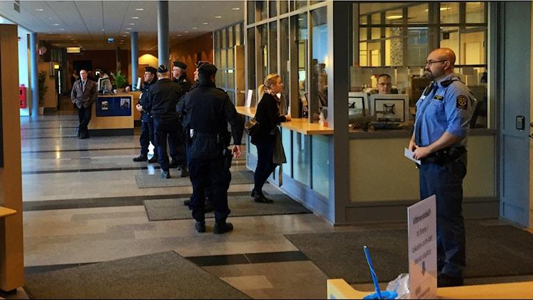 Poliser och personal vid Göteborgs tingsrätt. Foto: Victor Jensen/Sveriges Radio.