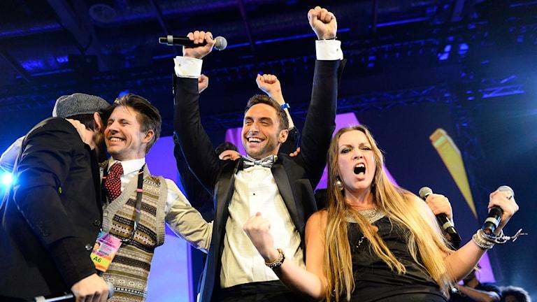 Måns Zelmerlöv firar vinsten med sina ltskrivare. Foto: Maja Suslin/TT