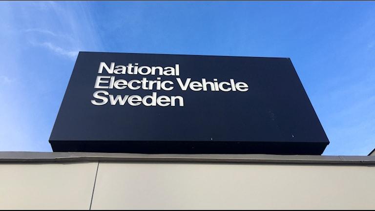 Nevs skylt vid ingången till Saab-fabriken.