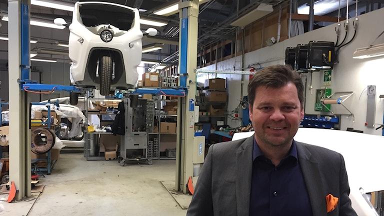 Göran Folkesson, vd för Clean Motion, inne i företagets produktionslokal där en trehjuling håller på att i ordningställas.