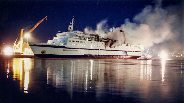 Färjan Scandinavian Star brinner i Lysekil i april 1990. 159 personer dog i branden när fartyget ännu var ute på Nordsjön. Foto: Dan Hansson/TT.