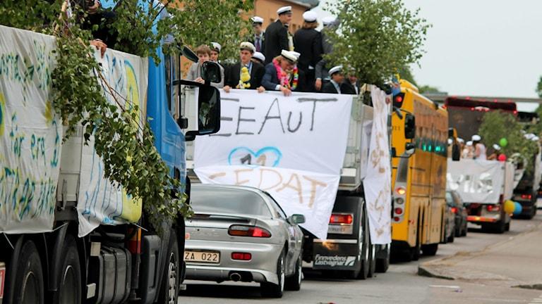 Bild på studenter som firar på lastbildsflak