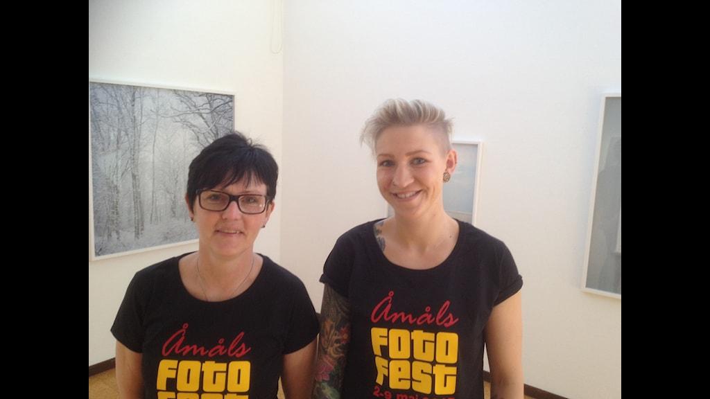 Maria Olsen och Mimmi Storm är med och arrangerar Åmåls Fotofest. Foto: Peter Olsson/Sveriges Radio
